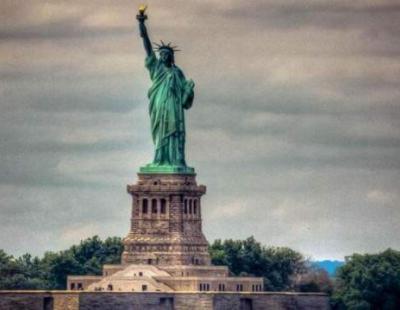 تعد الولايات المتحدة الأمريكية احدى كبرى دول العالم .ومن اهم الوجهات السياحة العالمية وحلميُراود ملايين البشر من جنسيات مختلفة للسفر إليهاوربما لما تضمّه من كنوز طبيعية وتصاميم مُبهرة لمباني تجمع بين النحوتات الكلاسيكية الدقيقة والواجهات العصرية الجذابة والمتنزهات الخضراء الشاسعة وجولات سياحية ومُغامرات مثيرة لن تجدها في مكان آخر إلا في ولايات أمريكا.